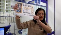 Una lotera muestra el número 'Gordo' de la Lotería de Navidad 2019.